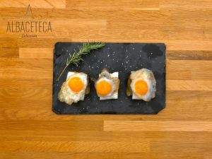 alcachofa confitada con huevos de codorniz y queso a la plancha